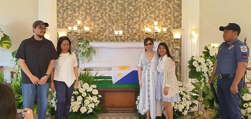 "NEGROS. The late La Carlota City Mayor Luis ""Jacky"" De Jesus Jalandoni, III is finally home. He was placed in a green casket as a show of his allegiance to his alma mater USLS. In photo are Diego, his son, Josefina Alonso Jalandoni, his widow and daughters Martina Louise and Alexandra. (Photo by Carla N. Cañet)"