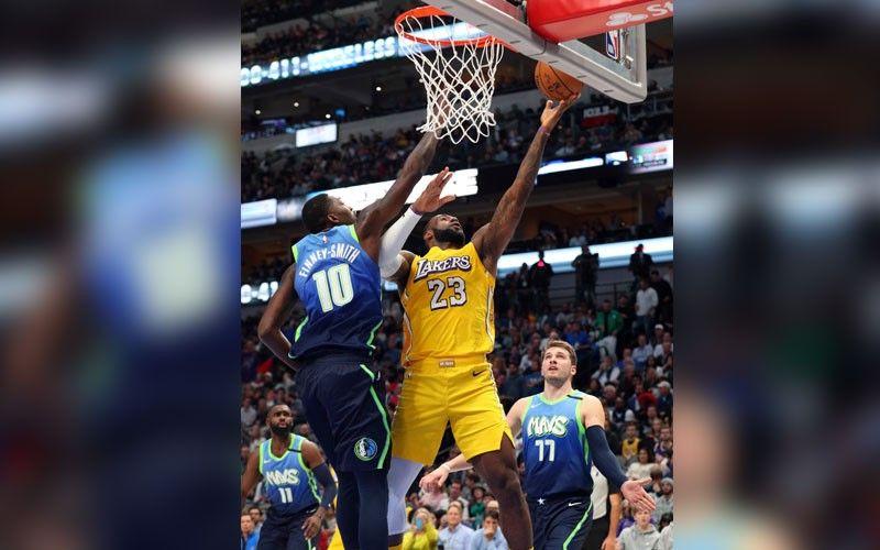 ■ 4-TIME MVP: Miitsa ang 4-time MVP nga si Los Angeles Lakers forward LeBron James (23) batok sa depensa nila ni Finney-Smith (10) ug Luka Doncic (77) sa Dallas Mavericks ning aktuha sa usa sa mga aksyon sa NBA kagahapon. / AP Photo