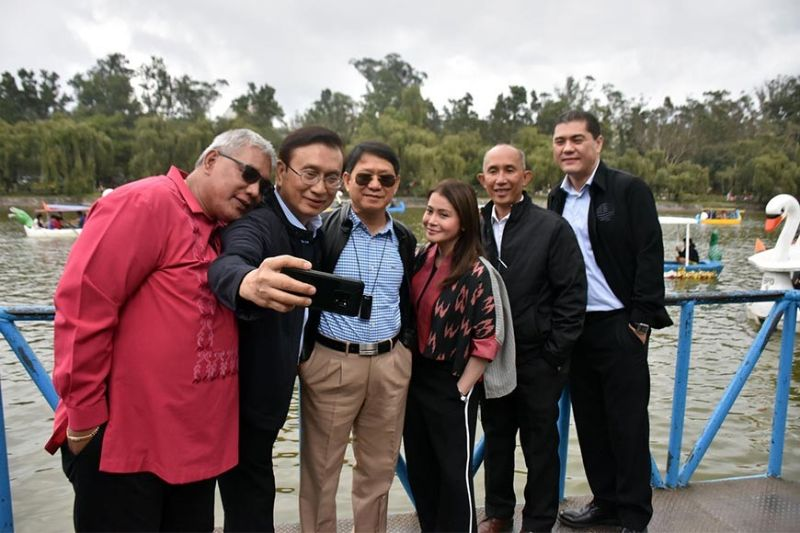 Baguio City Congressman Mark Go takes a selfie with other officials during the inspection of Burnham Park as part of the major activities being eyed for the Baguio City development and rehabilitation. Also in the photo are Mayor Benjamin Magalong, Vice Mayor Faustino Olowan, Tourism Secretary Bernadette Romulo-Puyat, Interior and Local Government Sec. Eduardo Año, Assistant Secretary Jesus Enrico Salazar and other officials. (Photo by Redjie Melvic Cawis)
