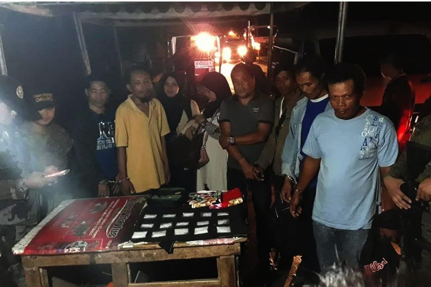 Makita ang walo ka mga suspek nga gipangposasan sa kapulisan atol sa pag-inventory sa mga ebidensya nga nakuhang gituohang shabu sa checkpoint sa Task Force Davao sa Barangay Lacson, Calinan District Davao City. (Tampo nga hulagway)