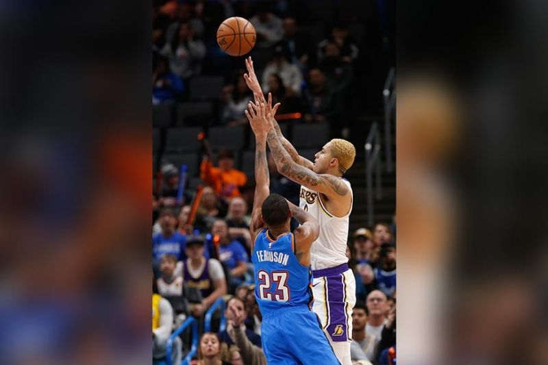 PAMBATO. Miitsa ang batan-ong pambato sa Los Angeles Lakers nga si Kyle Kuzma batok sa depensa ni Oklahoma City Thunder guard Terrance Ferguson (23) ning aktuha sa usa sa mga aksyon sa NBA kagahapon. (AP Photo)