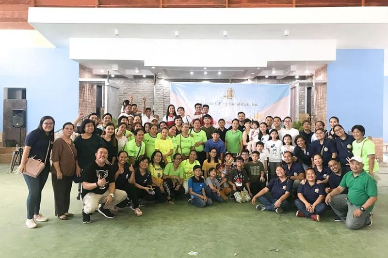 BAND OF KINDNESS. Volunteers from the King group of companies, together with the King family and Barangay Lahug, Cebu City personnel, distribute Christmas goodies to 570 families in Lahug on Dec. 21, 2019.(Contributed Photo)