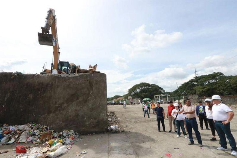 "PAMPANGA. Mayor Carmelo ""Pogi"" Lazatin, Jr. inspects the city's garbage transfer station in Barangay Sta. Teresita on Monday, January 13, 2020. Lazatin ordered the installation of 10 garbage bins and the daily clearing of the transfer station. The mayo also disclosed that he will start the citywide implementation of the waste segregation at source this year. With Lazatin are other city officials engineer Donato Dizon, Executive Assistant IV Reina Manuel, Chief adviser and tactician Director IC Calaguas, and consultant Rudy Simeon. (Chris Navarro)"