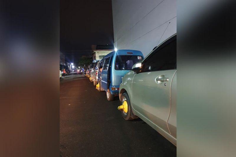 GIHUNONG: Di na i-clamp ang four-wheeled nga mga sakyanan nga nag-park daplin sa mga karsada human nimando si Cebu City Mayor Edgardo Labella sa pagsuspenso niini gikan sa Lunes, Enero 13-19, 2020.  Hinuon gikan ra kini sa alas 10 sa gabii ngadto sa alas 7 sa buntag. Apan ang mga sakyanan nga makababag sa trapiko guruyon gihapon. (Tampo ni Judith Ocaña-Oporto)