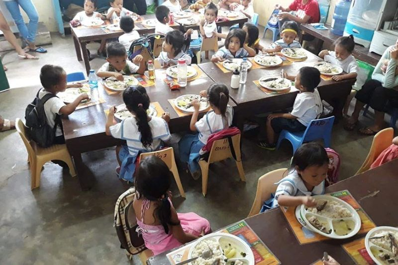 FEEDING: Ang mga bata sa usa ka sentro sa rehiyon ang gihatagan og init nga pagkaon nga puno sa nutrisyon. Kini usa ka programa sa supplemental feeding sa Department of Social Welfare and Development (DSWD) 7. (Tampo)
