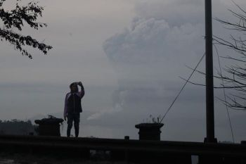 TAGAYTAY. A man takes a selfie as Taal Volcano as it spews ash on Monday January 13, 2020, in Tagaytay, Cavite province, south of Manila, Philippines. The small volcano near the Philippine capital that draws tourists for its picturesque setting in a lake erupted with a massive plume of ash and steam Sunday, January 12 prompting the evacuation of tens of thousands of people and forcing Manila's international airport to shut down. (AP)