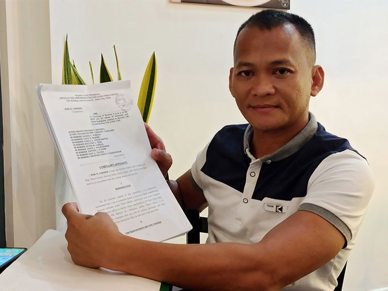 ILOILO. The complainant, Boracay-based journalist Noel Cabobos, editor of Boracay Informer, shows his filed complaint affidavit against 11 Malay officials, on Monday, January 13, 2020. (Photo by Leo Solinap)