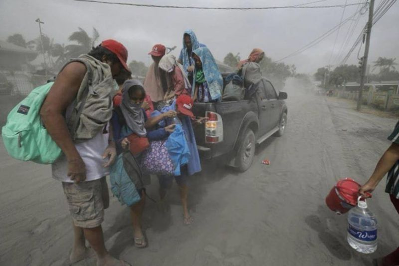 BATANGAS. A family flees to safety after Taal Volcano erupted Sunday, January 12, 2020. (AP)