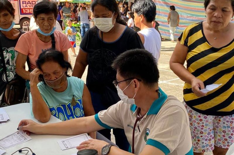 PAMPANGA. The Pampanga Medical Team led by provincial health officer Dr. Marcelo Jaochico in action at the Batangas Provincial Sports Complex, Barangay Bolbok, Batangas City where free check-ups and medicines are being given to 3,952 evacuees. (Photo courtesy of CLTV36)