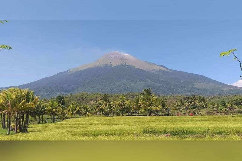NEGROS. Mt. Kanlaon in Negros Island, which remains at Alert Level Zero, is not affected by the recent eruption of Taal Volcano in Batangas. (Erwin P. Nicavera)