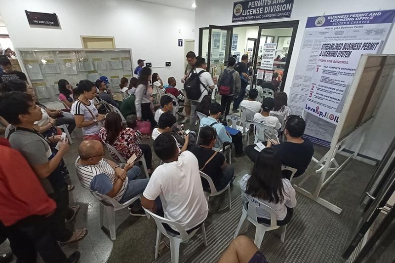 ILOILO. Hundreds of business applicants for renewal line up at the ground floor of the Iloilo City Hall to process before the January 20, 2020 deadline. All businesses that failed to renew before the set deadline will be closed by Iloilo City Jerry Treñas. (Photo by Leo Solinap)