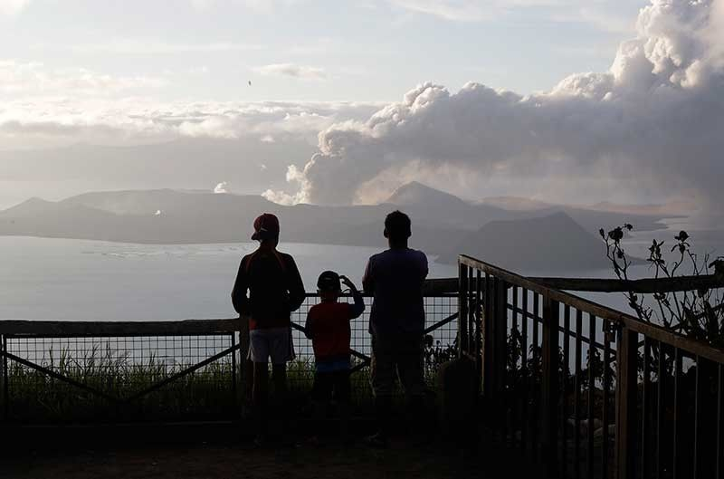CAVITE. People watch from Tagaytay, Cavite province as Taal Volcano continues to spew ash on Tuesday, January 14, 2020. (AP Photo)