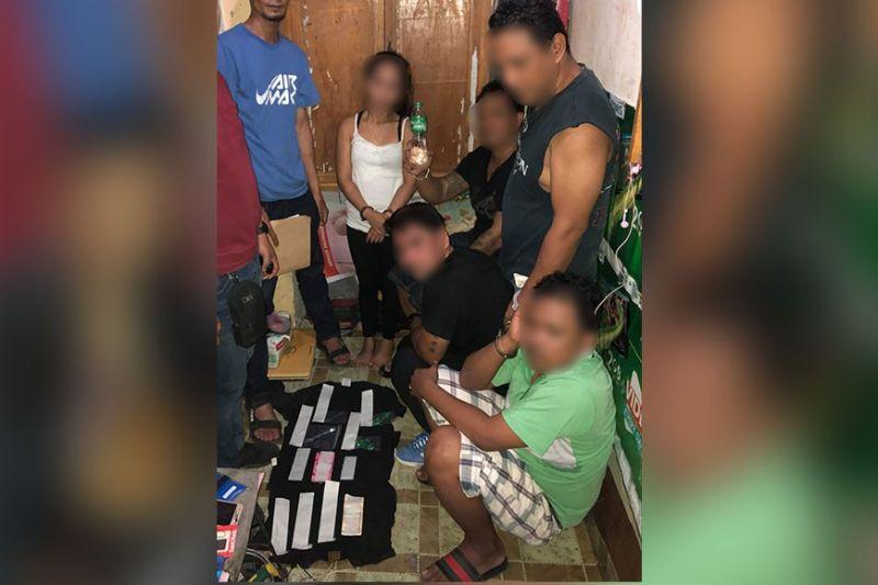 DAVAO. Nagminghoy ang lima ka mga suspek human sila nasikop sa operatiba sa talomo police station atol sa gikasa nga buy-bust operation niadtong lunes didto sa brgy 22-c Piapi Boulevard, Davao City. (Hulagway gipaambit sa DCPO)