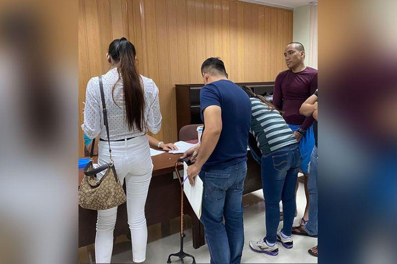 GIKIHA: Si Eluid Poligrates (tuo), 33, gipasakaan og tulo ka mga kaso ngadto sa Cebu City Prosecutor's niadtong Miyerkules sa hapon, Enero 15, 2020. (Benjie B. Talisic)