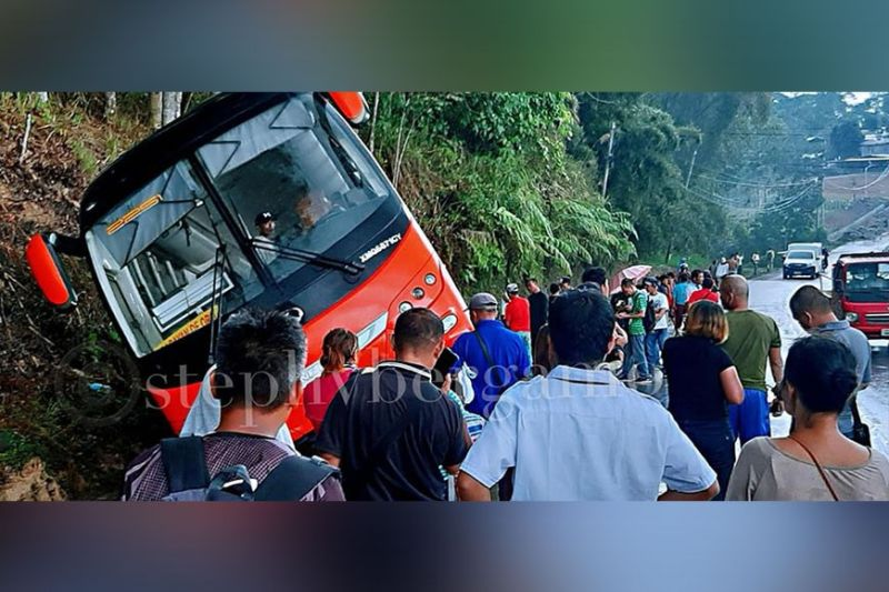 CAGAYAN DE ORO. Nahulog sa kanal kining bus nga paingon ning siyudad sa Cagayan de Oro human milikay sa natabo nga trak nga unang mi-overtake sa Barangay Dalwangan Malaybalay, Bukidnon. (Hulagway kuha ni Steph V. Berganio)