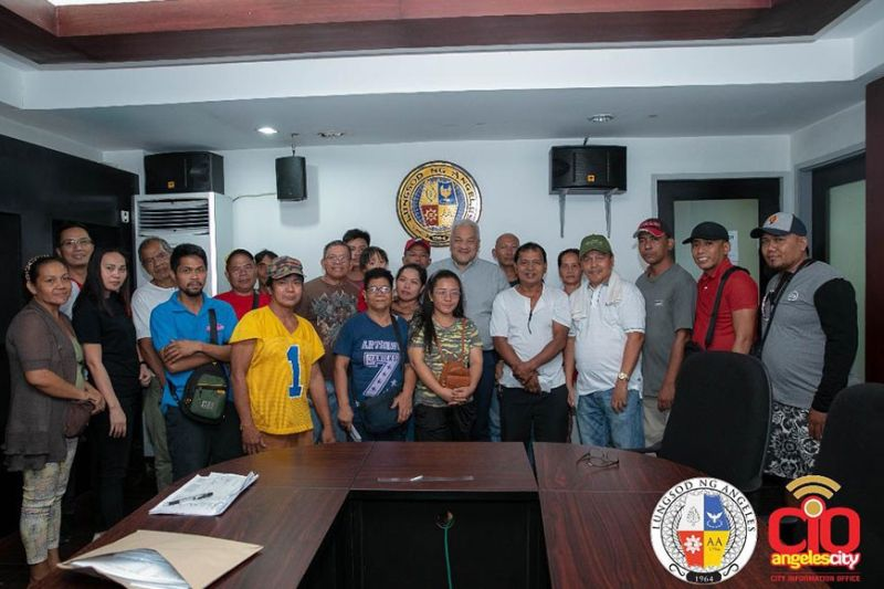 "PAMPANGA. Mayor Carmelo ""Pogi"" Lazatin Jr. joins Angeles City hog raisers after receiving financial aid for them to recover from the ongoing pork ban in neighboring areas. (Photo by AC-CIO)"