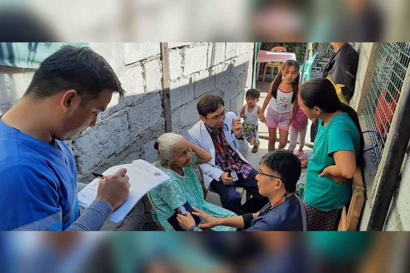 """PAMPANGA. Iluminada Santos, 99, gets medical assistance in her home in Barangay Mining. A doctor from the Rafael Lazatin Memorial Medical Center (RLMMC) visited Santos in line with Mayor Carmelo """"Pogi"""" Lazatin Jr.'s promise to prioritize the health and well-being of senior citizens. (Contributed Photo)"""