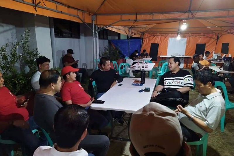 "PAMPANGA. Governor Dennis ""Delta"" Pineda, Arayat Mayor Emmanuel ""Bon"" Alejandrino, Candaba Mayor Rene Maglanque and other Kapampangan officials in discussion after the relief operations in Batangas Thursday, January 16, 2020. (Contributed Photo)"