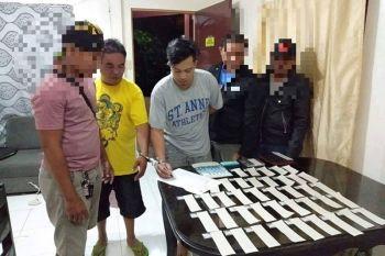 DAVAO CITY. Mipirmaang usa sa mga nasikop nga pusher sa Sasa Police Station atol sa ilang gihimo nga drug bust Huwebes sa gabii, Enero 16 didto sa Cabantian, Buhangin District, Davao City. (Pinaambit nga hulagway)
