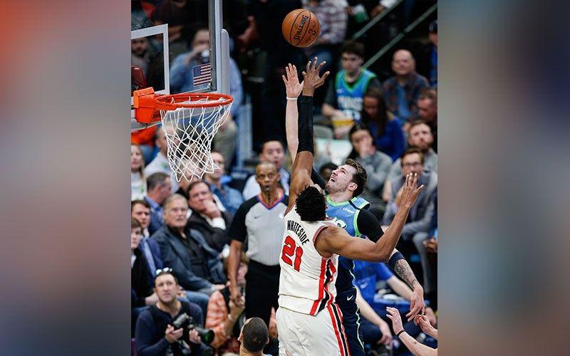 ■ BATAN-ON. Miitsa ang batan-ong superstar sa Dallas Mavericks forward nga si Luka Doncic (77) batok sa depensa ni Portland Trail Blazers forward Hassan Whiteside (21) ning aktuha sa usa sa mga aksyon sa NBA kagahapon. / AP Photo