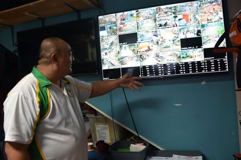 BENGUET. La Trinidad Municipal Disaster Risk and Reduction Management officer Yoshio Labi shows the monitoring system of the La Trinidad MDRRMO using closed-circuit television cameras set up at the different strategic areas in the municipality as part of the disaster reduction and other purposes including crime prevention and solution as well. (Photo by Redjie Melvic Cawis)