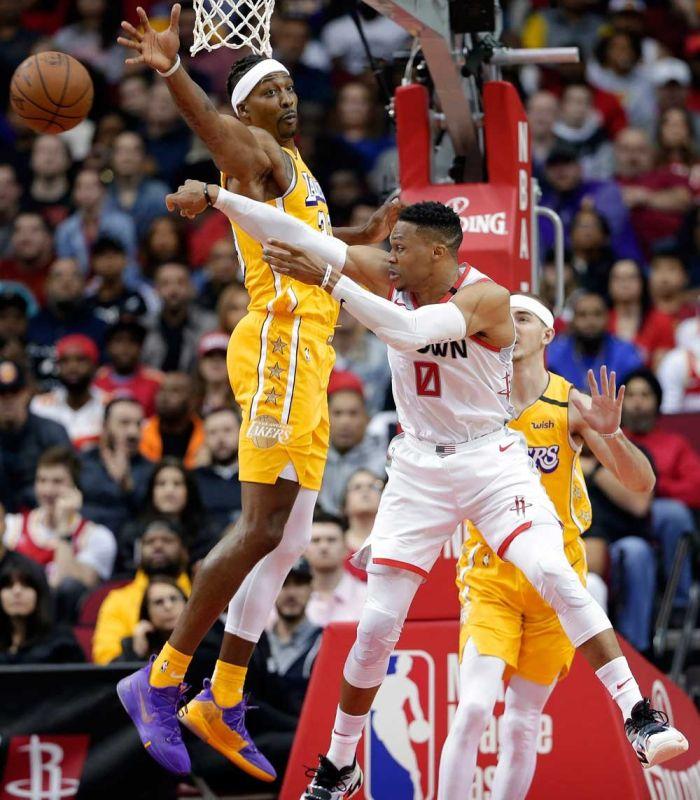 PASA: Naahat si Houston Rockets guard Russell Westbrook (0) sa pagpasa sa bola gumikan sa depensa ni Los Angeles Lakers center Dwight Howard (39) ning aktuha sa usa sa mga aksyon sa NBA kagahapon diin namungot ang Lakers sa Rockets, 124-115. (AP Photo)