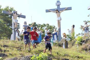 DAVAO. Nalingaw og dagan-dagan ang mga bata pagkahuman sa ilang pagsimba atol sa kapistahan sa Senyor Santo Niño didto sa St. Francis Xavier Parish Church sa Tibungco, Bunawan District, Davao City, Dominggo, Enero 19, 2020. (Mark Perandos)