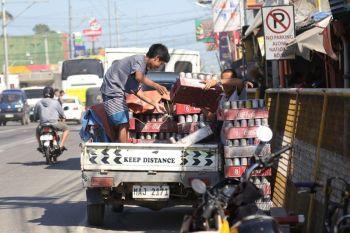 Delikado? Giingon nga kung magamit na kini gikan sa orihinal nga pagpalit dili na magamit ang canister niini, apan ang mga Pinoy gina-tubilan pa kini aron ma-recycle nga maoy usa sa mga giingong hinungdan sa sunog. Mag-amping lang ta sa paggamit. Ang maong hulagway kuha gawas sa usa ka tindahan sa Tibungco Public Market, dakbayan sa Davao. (Mark Perandos)