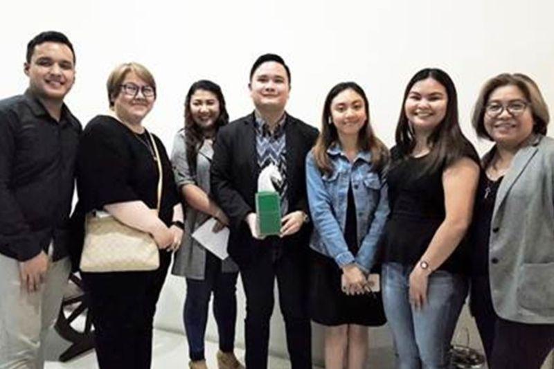 BEST REGIONAL TV NETWORk: Sa ikatulong higayon, GMA Regional TV ubos sa sa pagpangulo ni vice president Oliver Victor Amoroso (tunga) napili nga Best Regional TV Network award sa 2019 Platinum Stallion Awards. (Tampo nga hulagway)
