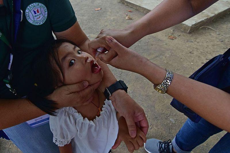 DAVAO. Gihatagan sa mga personahe sa Davao City Health Office ang usa ka bata og polio vaccine kagahapon atol sa ilang pagronda sulod sa Magsaysay Park, Davao City subay sa ikaduhang hugna sa Patak Kontra Polio sa Department of Health. (Macky Lim)