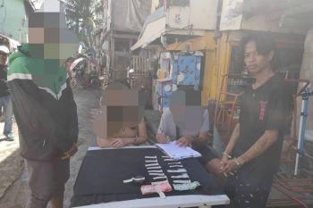 OPERATION: Usa lang kini sa mga anti-drug operation nga gipahigayon sa kapulisan sa Dakbayan sa Talisay sa miaging semana. (Tampo sa Talisay City Police)