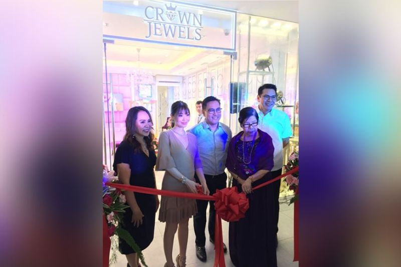OPENING. Celebrity blogger Kryz Uy, (second from left); and investors Debbie Rivera Riveral, (left) Deonie Hope Rivera, (center), Dolores Rivera, (second from right), and Ritche Rivera, (right), lead the opening of Crown Jewels at Streetscape Mall in Paseo Saturnino, Banilad, Cebu City on Monday, Jan. 20, 2020. (Contributed Photo)