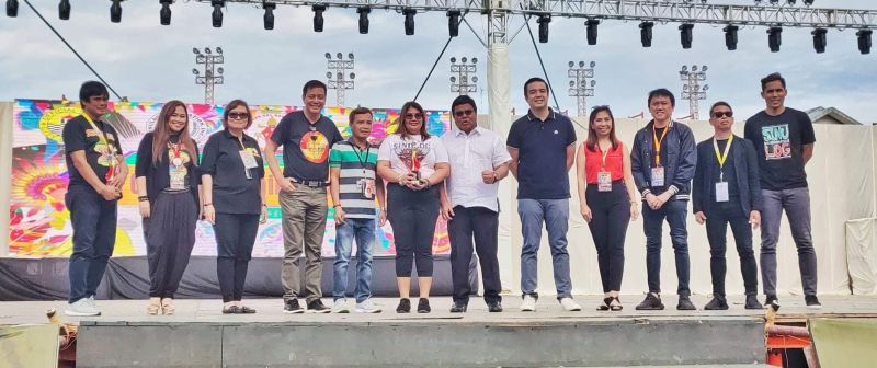 BACOLOD. (Left) La Castellana Mayor Rhumyla Nicor-Manguilimutan (sixth from left) receives the award for their Bailes de Luces Festival, which won third place in the free interpretation category and fourth best in musicality in the Sinulog Grand Parade 2020 in Cebu City. (Jesreel Gonzales)
