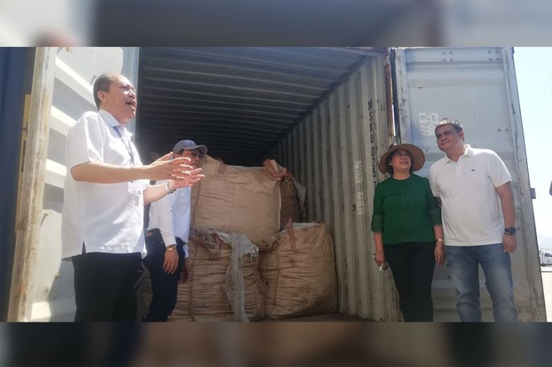 TAGOLOAN. Tagoloan Mayor Enan Sabio, Customs collector John Simon, Misamis Oriental 2nd District Representative Juliette Uy, and Misamis Oriental Provincial Board Member Boboy Sabal seals one of the container vans loaded with South Korean wastes. (PJ Orias)