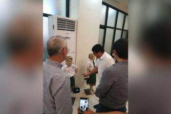 UNIPORME: Si Cebu City Mayor Edgardo Labella (tunga) mipakita ngadto sa bisita niyang mga negusyante sa libreng school uniforms nga ipang-apod-apod ngadto sa mga tinun-an sa pampublikong elementarrya sa Dakbayan sa Sugbo. (Philip A. Cerojano)