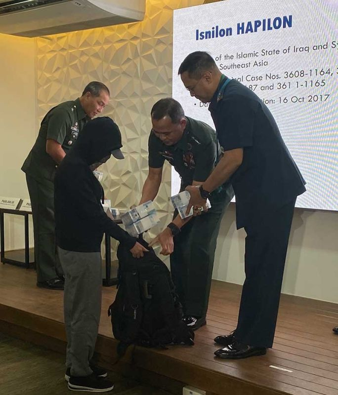 MANILA. A total of P12.4 million in cash is turned over to the informant on January 22, 2020. (Photo by Third Anne Peralta-Malonzo)