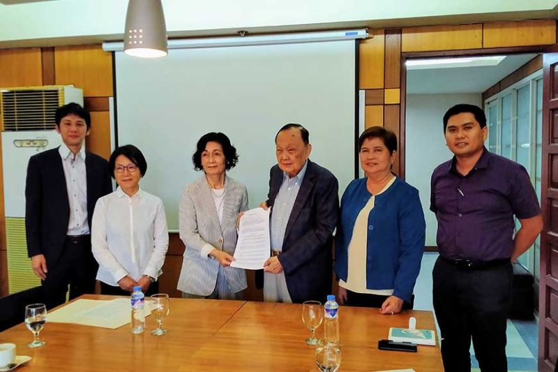 JOB OPPORTUNITIES: The University of Cebu (UC) has entered into a memorandum of agreement with Momotarokai Social Welfare Corp. to teach students to speak the Japanese language. From left are Yasunori Naramura, manager; Naomi Miyake, Japanese teacher; Mariko Ito, chairperson of the board of directors of Momotarokai; Augusto Go, president and chairman of UC; Ofelia Maña, UC vice chancellor for Business Development and Innovation; and Manuel Sarausad, executive vice chancellor. (SunStar photo / Johanna O. Bajenting)