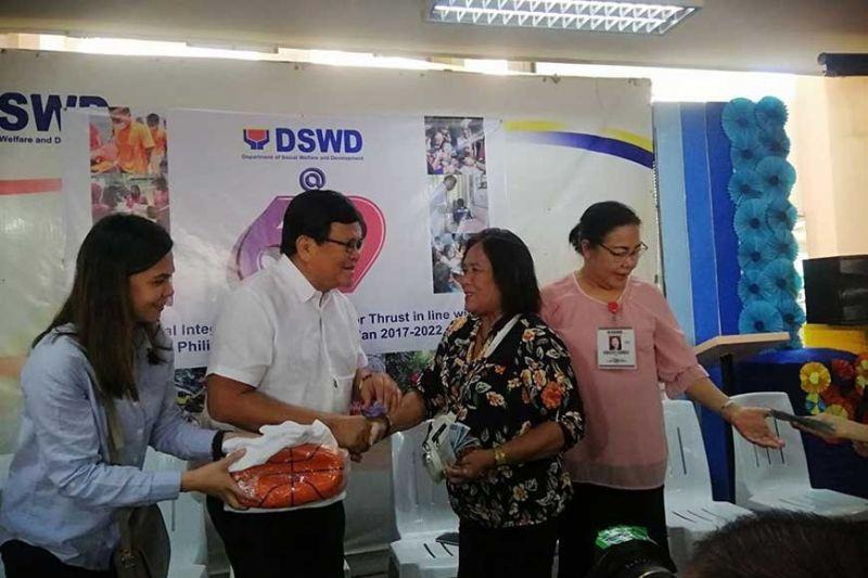 HINABANG: Si Cebu City Mayor Edgardo Labella (ikaduha gikan sa wala) uban sa mga opisyal sa Department of Social Welfare and Development (DSWD) 7 ang ningtunol sa hinbang nga salapi ngadto sa 450 ka mga vendor sa dakbayan niadtong Martes, Enero 21, 2020. (Tampo)