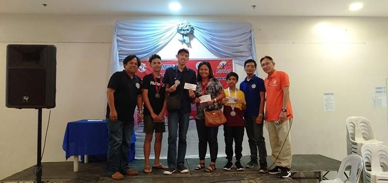 DAVAO. Juniors division winners receive their prizes from organizers of the recently-concluded APM Mindanao Chessmates Juniors Chess tournament held at Damosa Market Basket in Lanang, Davao City. Gino Angelo Asuncion, third from left, is the champion. (Jojo Palero)