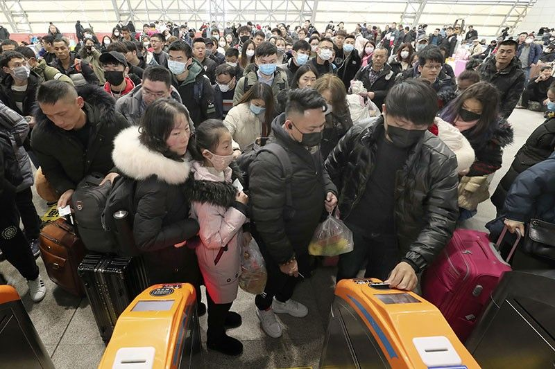CHINA. Travelers wear face masks as they line up at turnstiles at a train station in Nantong, eastern China's Jiangsu province, Wednesday, January 22, 2020. The number of cases of a new virus has risen to over 400 in China and the death toll to 9, Chinese health authorities said Wednesday. (AP)