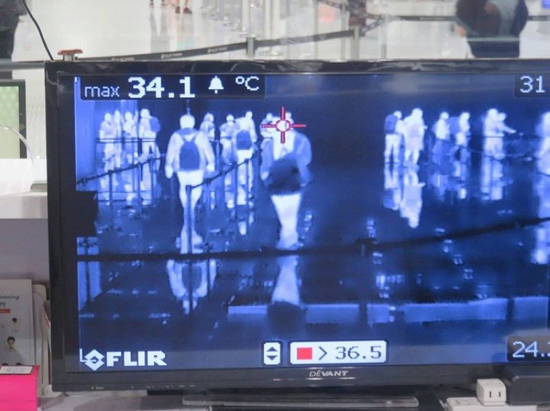 THERMAL SCANNER. At the immigration arrival level of the Mactan-Cebu International Airport, arriving passengers are unobtrusively screened using a thermal scanner, which detects body temperature. An unusually high body temperature is one of the symptoms that a person may have been infected with the coronavirus. (Allan Cuizon)