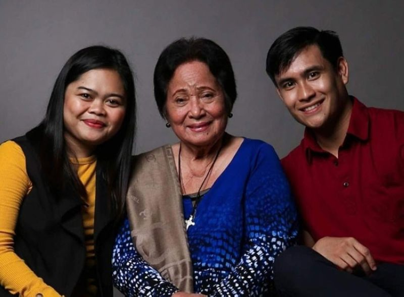 MANILA. Gloria Sevilla (middle) and her