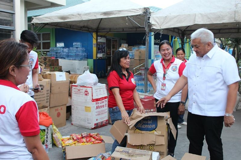 "PAMPANGA. Angeles City Mayor Carmelo ""Pogi"" Lazatin, Jr. inspects the relief goods which were sent to Batangas on January 22, 2020 for residents there who were affected by the eruption of Taal Volcano. (Photo by Angeles City-CIO)"