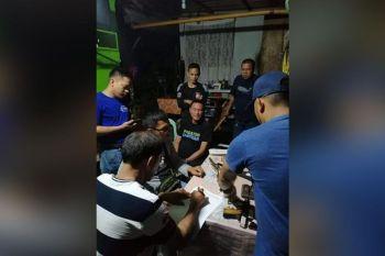 CAGAYAN DE ORO. Sikop si Cruz Lustre, konsehal sa Barangay Canitoan sa siyudad sa Cagayan de Oro, atol sa gipahigayon nga search warrant operation diin nasakmit ang armas, bala ug eksplosibo. (PRO-Northern Mindanao)