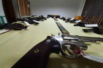 GITAHAN. Gipresentar sa Cebu City Mobile Force Company ang mga armas nga gitahan sa mga lumolupyo sa kabukiran sa Dakbayan sa Sugbo. (Arnold Y. Bustamante)