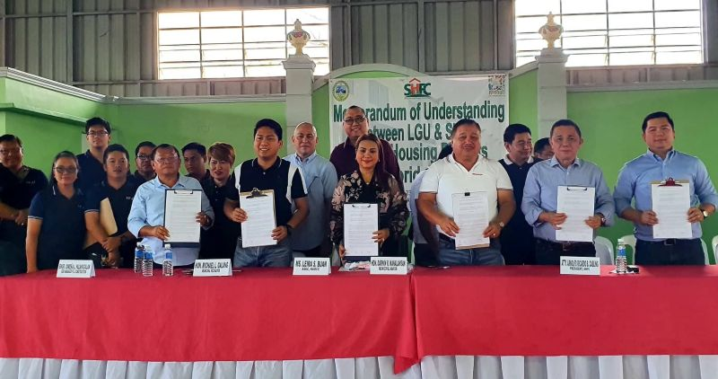 PAMPANGA. HUDCC Assistant Secretary Leira S. Buan, SHFC president Atty. Arnolfo Ricardo B. Cabiling, Floridablanca Mayor Darwin R. Manalansan, Vice Mayor Mike Galang and FFJJ Construction president Engr. Osmena L. Palanggalan sign on Thursday, January 23, 2020, the memorandum of understanding for the P1.160-billion social housing project in Floridablanca. (Chris Navarro)
