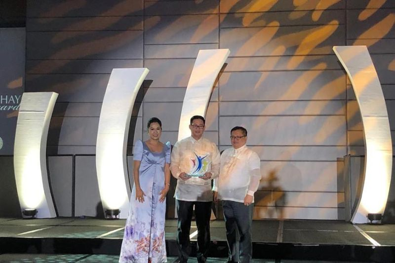 CEBU'S PRIDE. Hotelier Alfred Reyes (center) receives the Mabhuay Gold Award conferred on him at the Manila Marriott Hotel in November 2019. (Contributed photo)