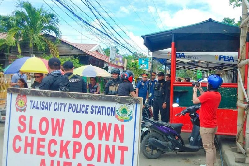 OPERASYON: Mao kini ang kalitkalit nga checkpoint nga gimuntar sa Barangay Tanke, dakbayan sa Talisay nga nailang nagpadayon ang pagkuyanap sa gidiling drugas. (Fe Marie Dimaboc)