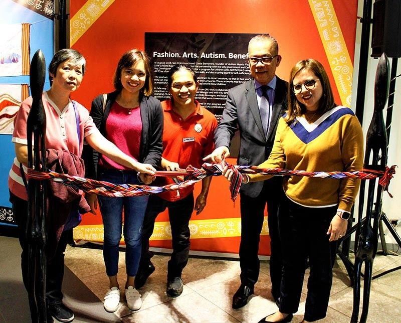With the Autism Society of the Philippines Baguio Chapter Pres. Susan Ang, Principal Bea Garma (St. John Paul II), Sam Aquino (Person with Disability Affairs Office), GM Ramon Cabrera (The Manor), and SM Manager Rona Vida Correa at the FAAB Arts Exhibit. (Photo by Osharé)