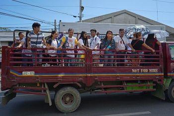 DAVAO DE ORO. Nahupay ang ubang mga pasahero dihang makasakay sa likod nga bahin sa trak human ang Davao City Transport and Traffic Management enforcers nangayo og tabang sa mga pribadong behikulo nga pasakyon ang mga natanggong nga mga pasahero sa Sasa, Davao City padulong sa Poblacion tungod sa kakuwang sa mga dyip nga moagi sa amihanang bahin sa siyudad Biyernes, Enero 24. (Hulagway ni Macky Lim)